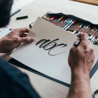 """Loghi e font calligrafici. La genuinità e il """"carattere"""" della scrittura manuale."""