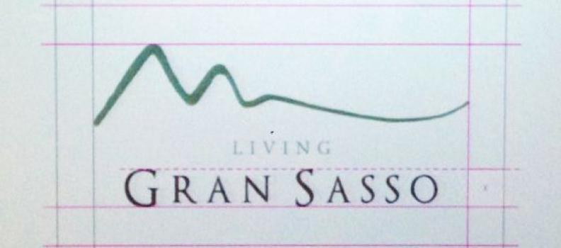 Nuovo logo per il distretto turistico del Gran Sasso: 7.000€ per una sinusoide smorzata.